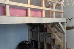 Hochbett mit Treppenregal
